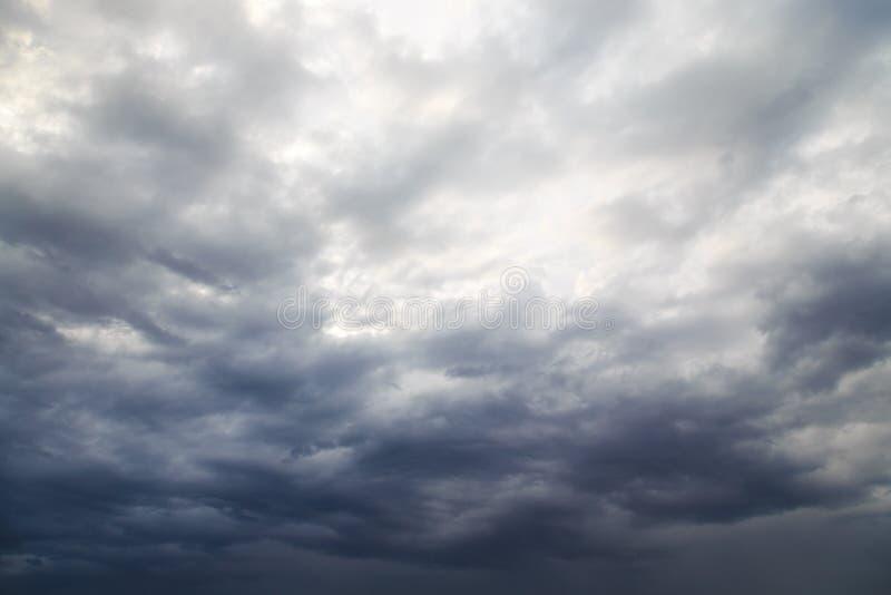 Dia de verão chuvoso nebuloso imagens de stock