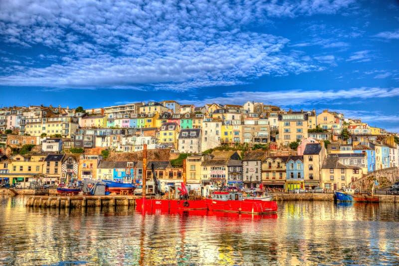 Dia de verão inglês BRITÂNICO do porto de Brixham Devon England com o céu azul brilhante fotos de stock