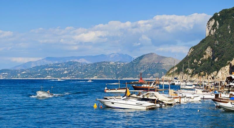 Dia de verão na baía de Nápoles, ilha de Capri (Itália) imagem de stock royalty free