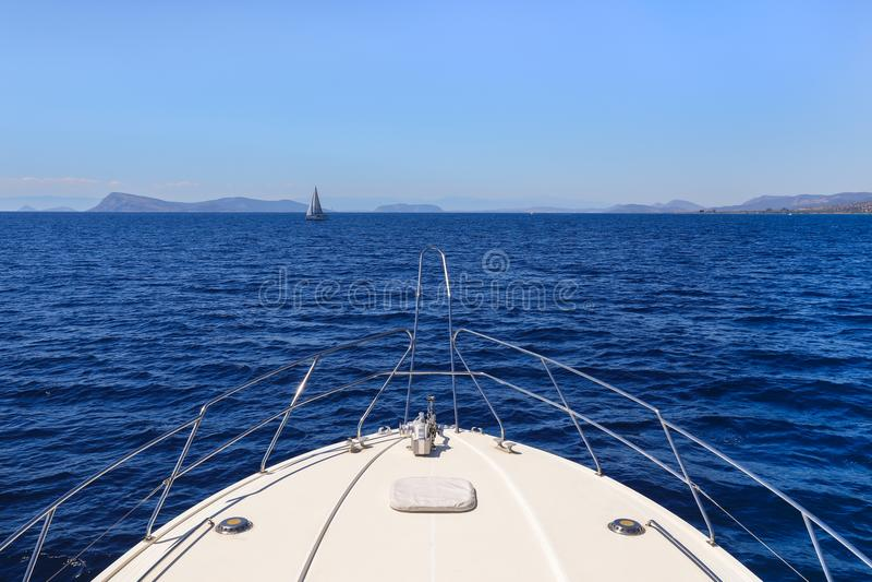 Dia de verão que viaja em um golfo de Saronic do iate, Grécia imagens de stock royalty free