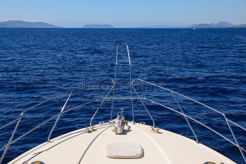 Dia de verão que viaja em um golfo de Saronic do iate, Grécia fotos de stock