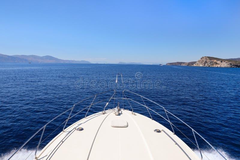 Dia de verão que viaja em um golfo de Saronic do iate, Grécia foto de stock royalty free