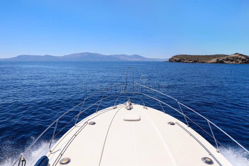 Dia de verão que viaja em um golfo de Saronic do iate, Grécia fotografia de stock