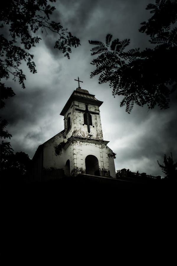 dia Desagradável-nebuloso acima da igreja de Holly Cross (Vrsac, Sérvia) imagens de stock