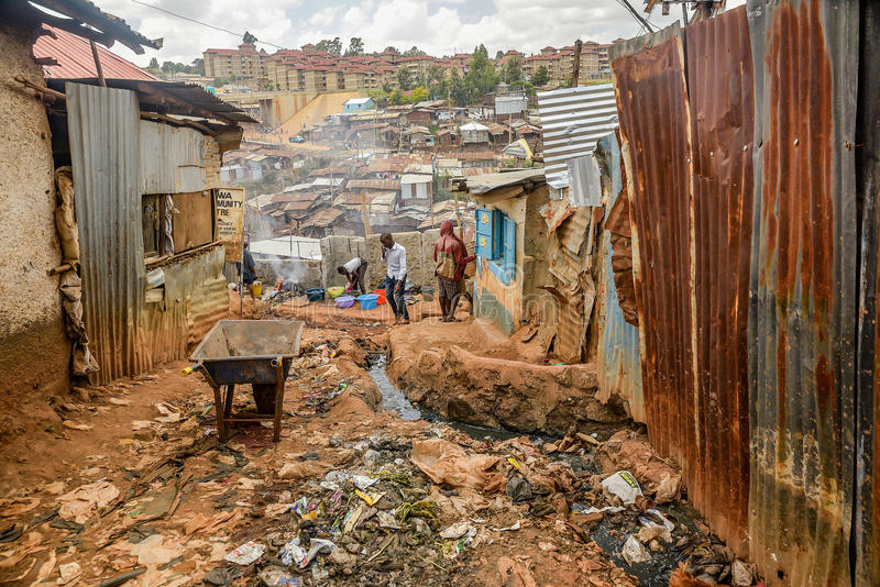 Dia a dia de povos locais do precário de Kibera em Nairobi, Kenya imagem de stock royalty free
