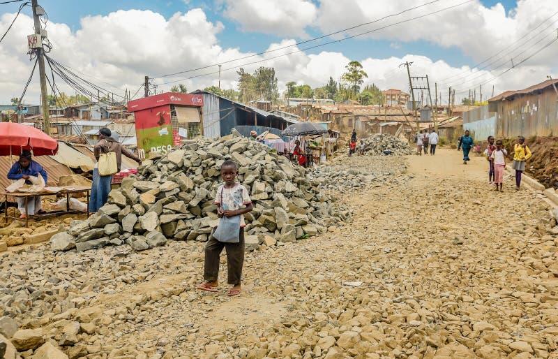 Dia a dia de povos locais do precário de Kibera em Nairobi, Kenya fotos de stock royalty free