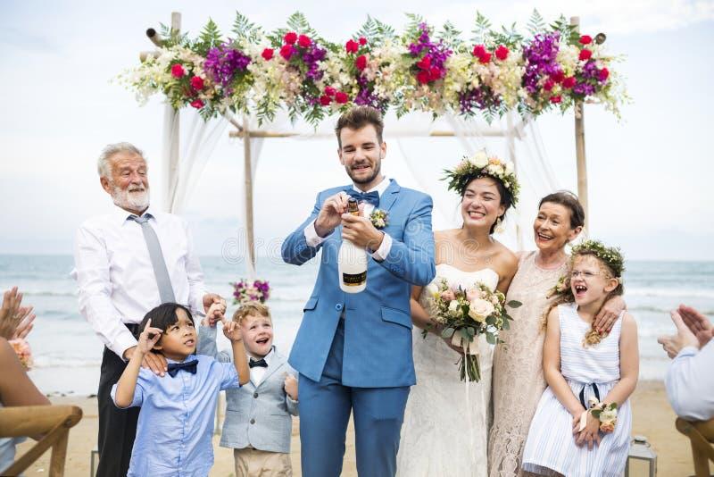Dia do casamento caucasiano novo do ` s dos pares imagem de stock royalty free