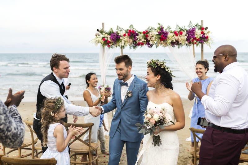 Dia do casamento caucasiano novo do ` s dos pares imagens de stock
