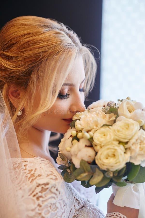 Dia do casamento de PerfePerfect da noiva da mulher, retrato da menina no vestido de casamento branco no véu nupcial Manhã da esp fotografia de stock