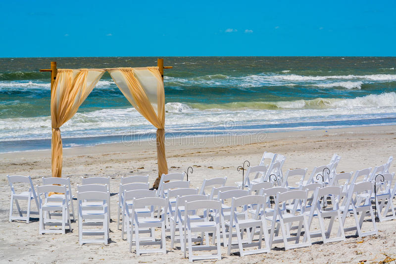 Dia do casamento na praia no Golfo do México em Florida imagem de stock royalty free