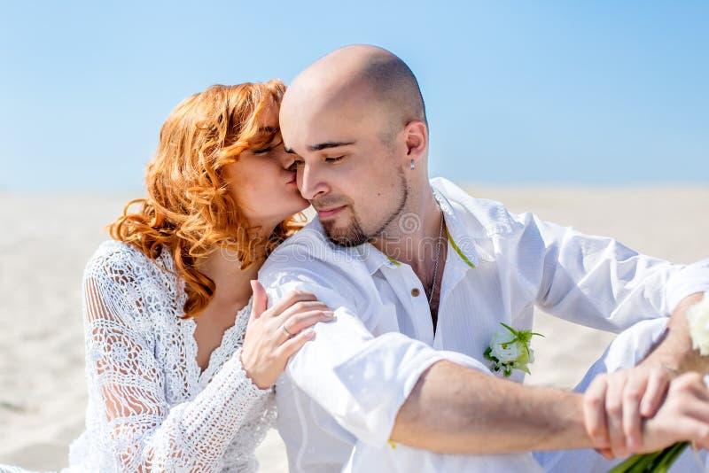 Dia do casamento Pares novos felizes no amor Noiva e noivo na praia fotografia de stock