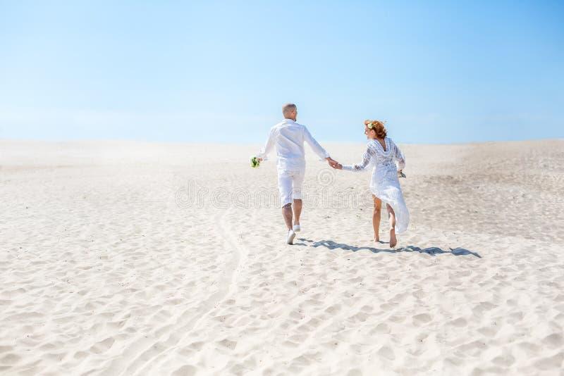 Dia do casamento Pares novos felizes no amor Noiva e noivo na praia imagens de stock