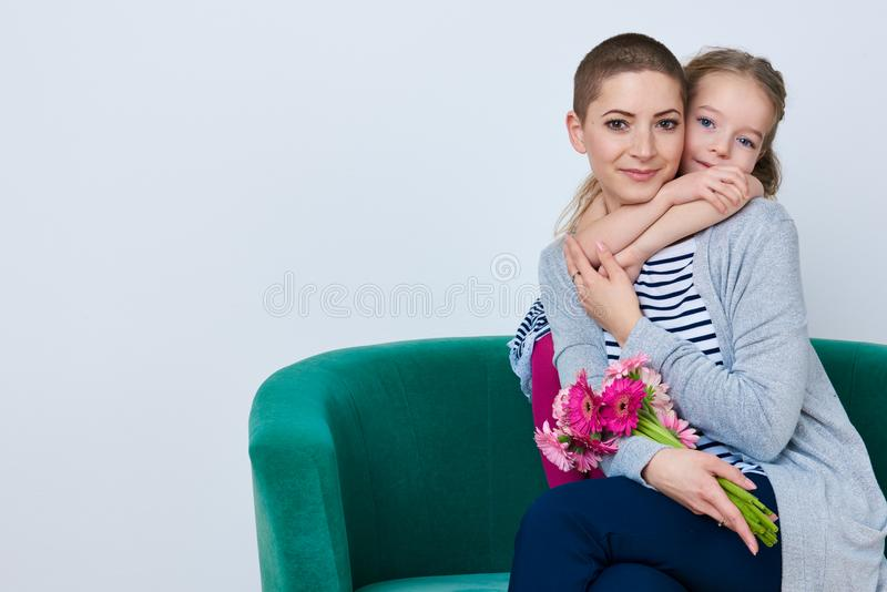 Dia do ` feliz s do dia, das mulheres do ` s da mãe ou fundo do aniversário Menina bonito que dá o ramalhete da mamã de margarida imagens de stock