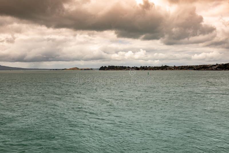 dia do mau tempo no oceano perto de Auckland Nova Zel?ndia fotos de stock royalty free