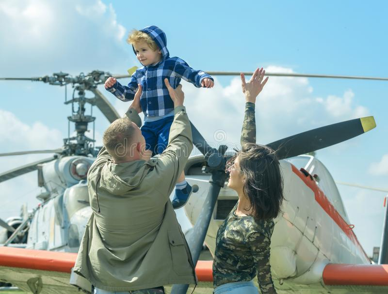 Dia do pai e de pais Gene a elevação do filho do aumento no ar no dia de pais A família comemora o dia de pais no festival aéreo  fotografia de stock royalty free