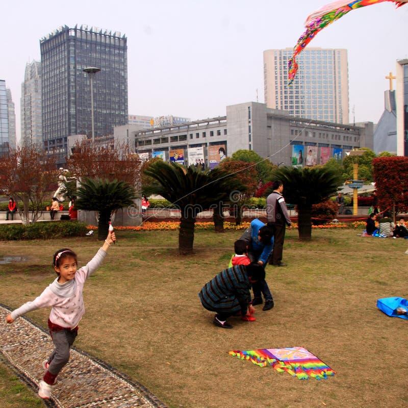 6 1 dia do ` s das crianças do international que deseja lhe a felicidade durante o dia do dia dos feriados acima imagem de stock