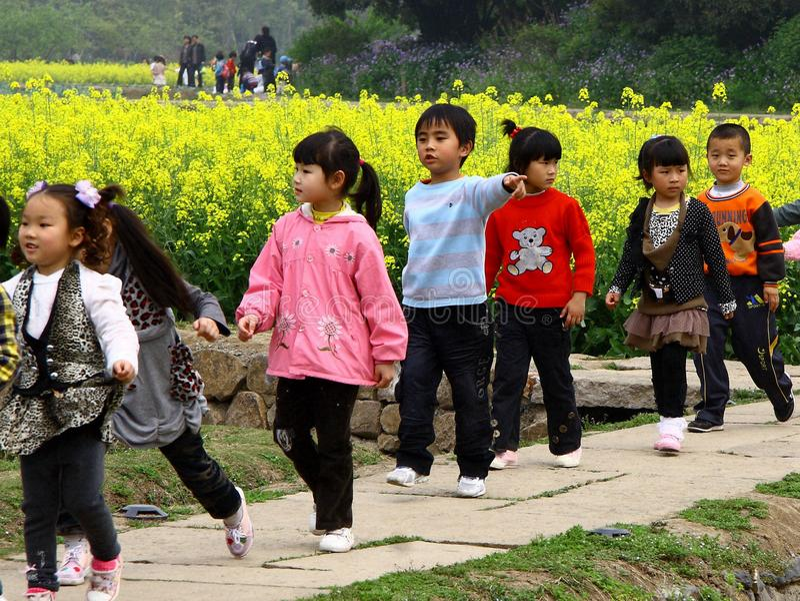6 1 dia do ` s das crianças do international que deseja lhe a felicidade durante o dia do dia dos feriados acima fotografia de stock