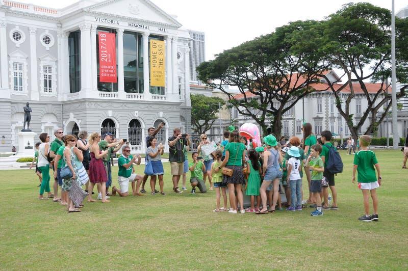 Dia do ` s de St Patrick que recolhe no gramado da imperatriz em Singapura foto de stock royalty free