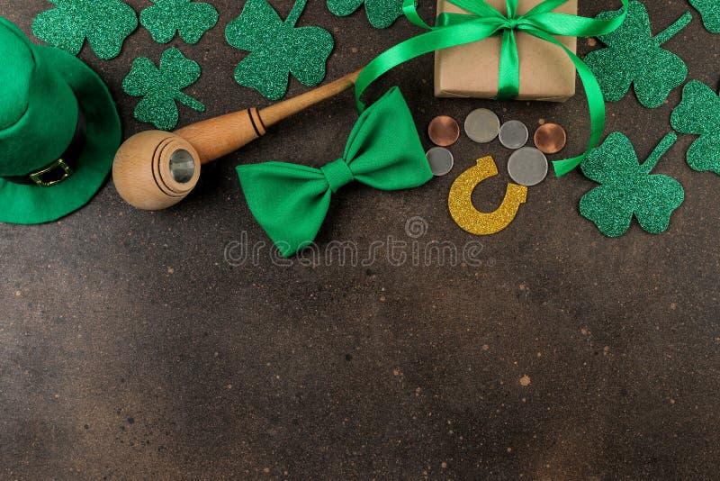 Dia do ` s de StPatrick celebration Um chapéu verde de um duende, de uma tubulação de fumo, de um laço, e de um trevo em um fundo imagem de stock royalty free