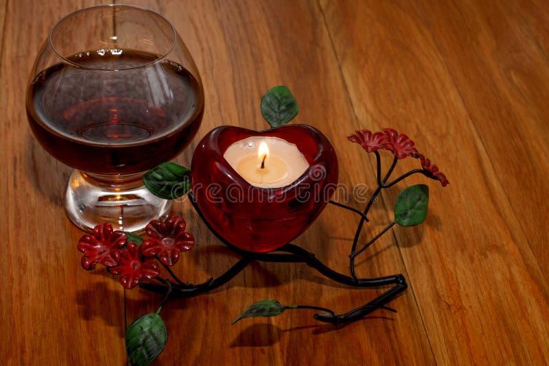 Dia do ` s do Valentim do conhaque e da vela imagens de stock royalty free