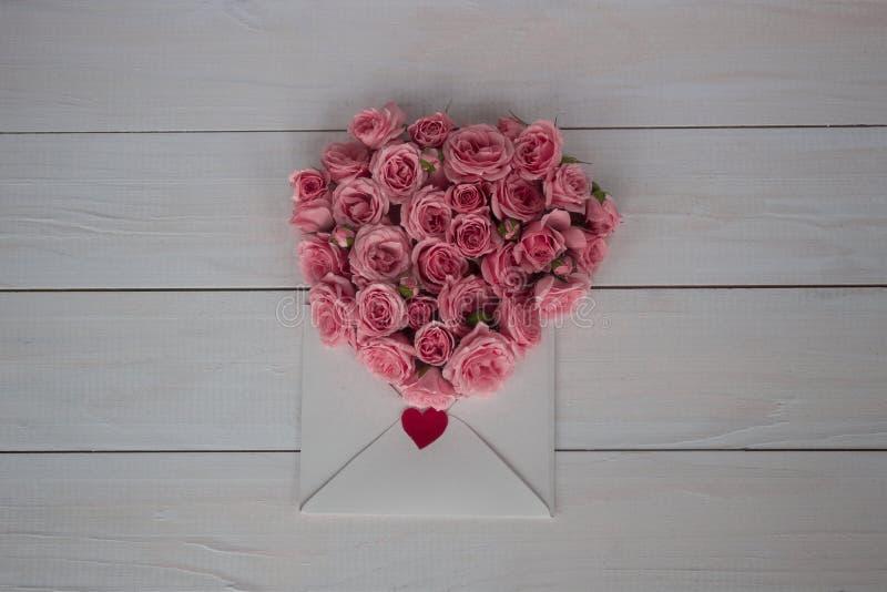 Dia do `s do Valentim Flores e carta de amor no fundo de madeira Estilo retro fotografia de stock