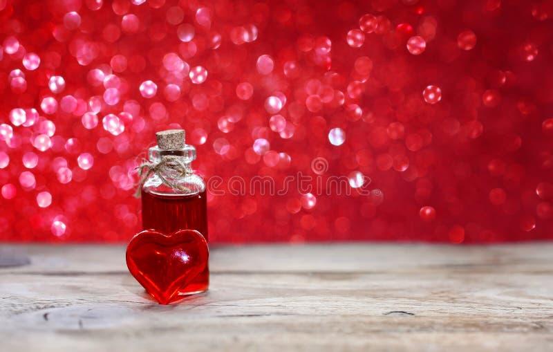 Dia do ` s do Valentim, garrafa do elixir do amor imagens de stock royalty free