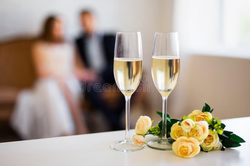Dia do ` s do Valentim ou conceito do aniversário - vidros do champanhe foto de stock