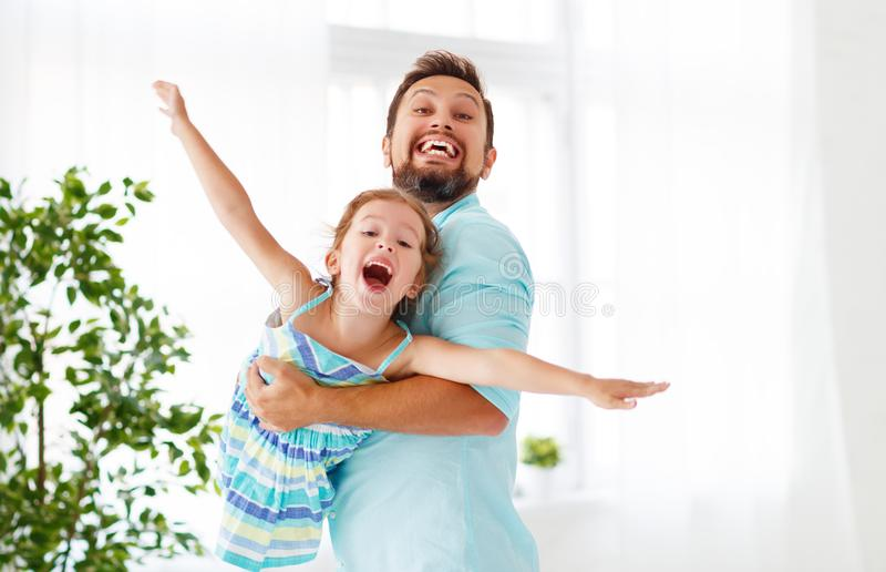Dia do `s do pai Filha feliz da família que abraça o paizinho e os risos foto de stock