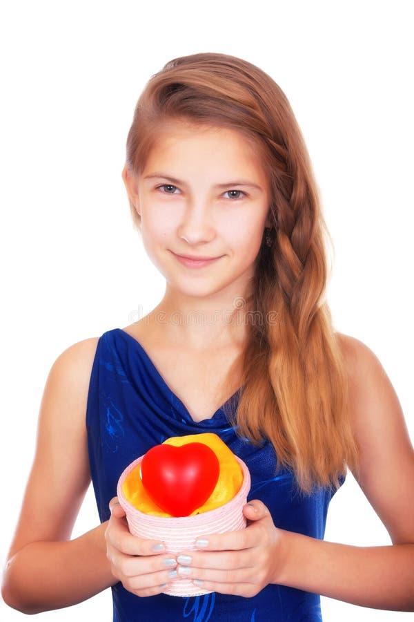 Dia do `s do Valentim Adolescente bonito de sorriso com um presente e um coração vermelho simbólico fotos de stock