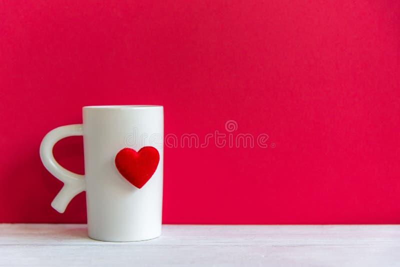 Dia do ` s do Valentim com coração vermelho do café branco do copo no copo, foto de stock royalty free