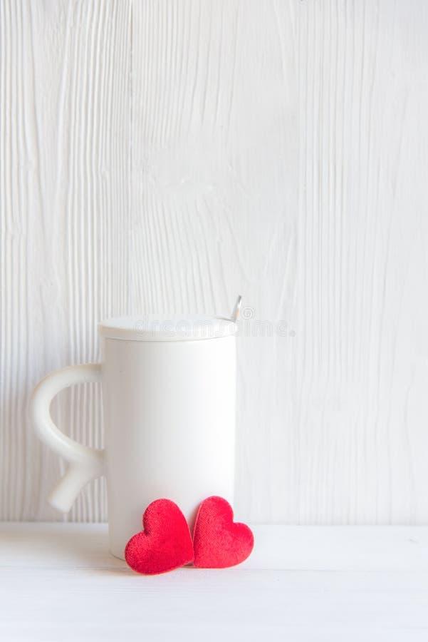 Dia do ` s do Valentim com coração vermelho no copo, fundo branco de madeira do café branco do copo, foto de stock royalty free