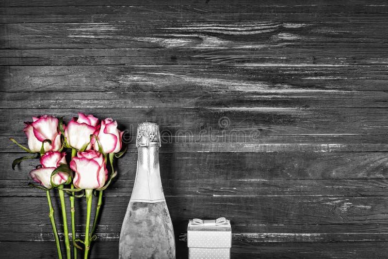 Dia do ` s do Valentim do conceito, dia do ` s das mulheres, dia do ` s da mãe, dia do casamento, aniversário Champagne, rosas, v fotografia de stock royalty free