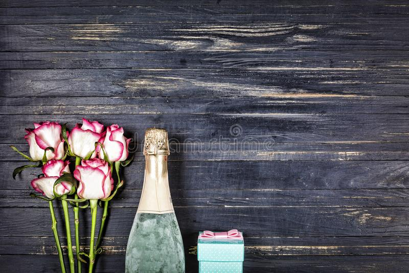 Dia do ` s do Valentim do conceito, dia do ` s das mulheres, dia do ` s da mãe, dia do casamento, aniversário Champagne, rosas, v fotos de stock