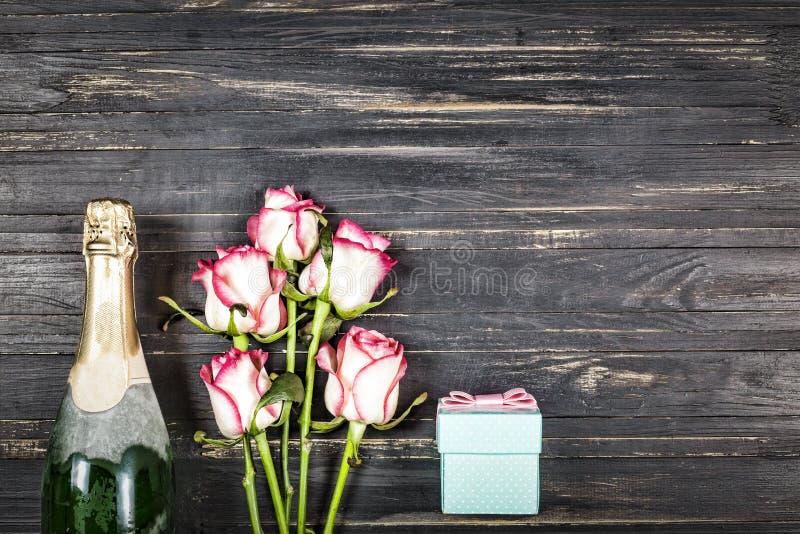 Dia do ` s do Valentim do conceito, dia do ` s das mulheres, dia do ` s da mãe, dia do casamento, aniversário Champagne, rosas, v imagem de stock