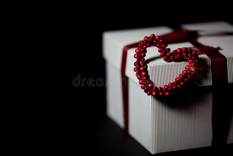 Dia do ` s do Valentim ou presente de casamento Presente envolvido com coração do amor imagem de stock royalty free