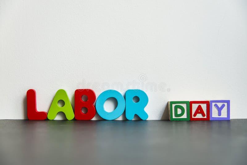 Dia do Trabalhador de madeira colorido da palavra com background1 branco ilustração do vetor