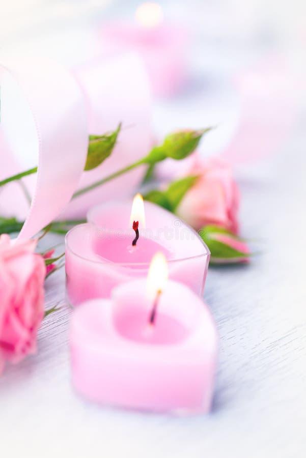 Dia do Valentim Coração cor-de-rosa dado forma velas e rosas fotos de stock