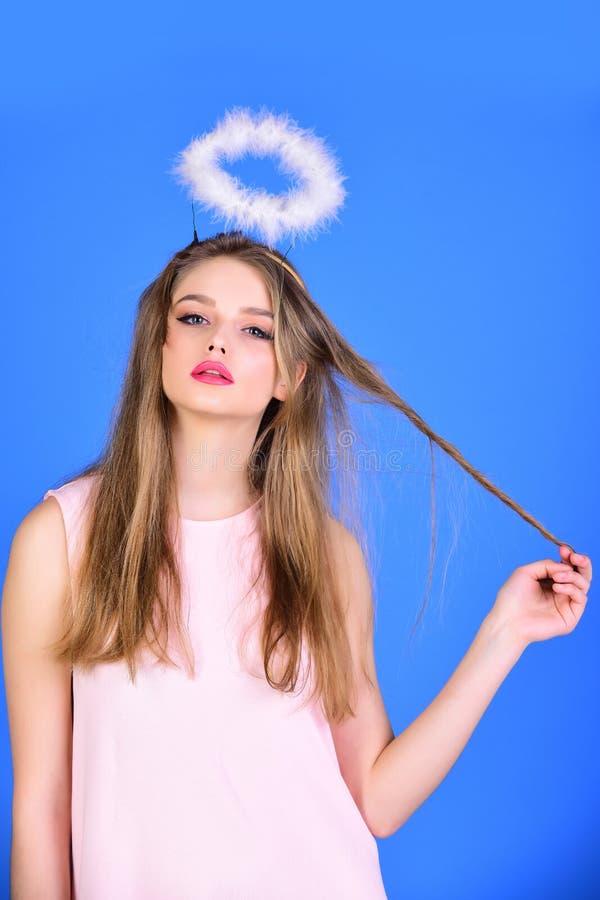 Dia e beleza de Valentim menina do anjo do dia de Valentim com halo no fundo azul imagens de stock