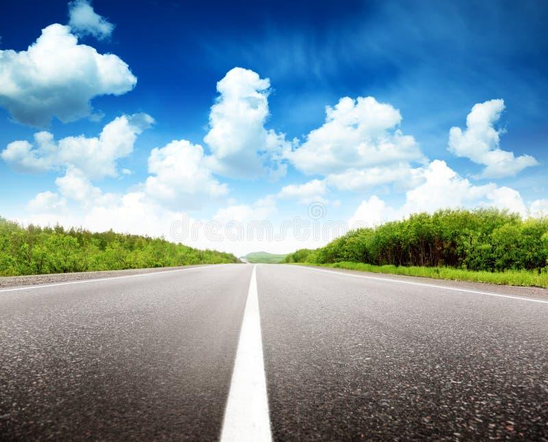 Dia e estrada de verão imagem de stock royalty free