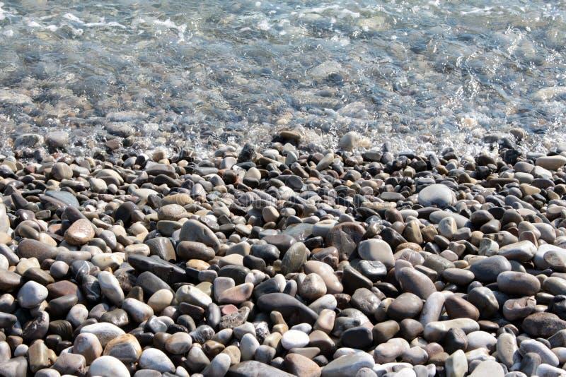 Dia ensolarado brilhante no beira-mar do seixo fotografia de stock royalty free