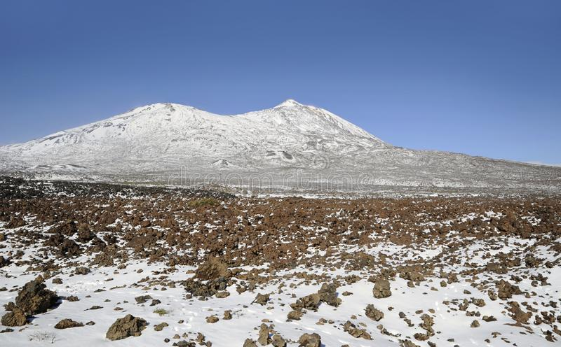 Dia ensolarado com vistas para Pico Viejo e Pico del Teide cobertos na neve no parque nacional de Teide, Tenerife, Ilhas Canárias imagens de stock