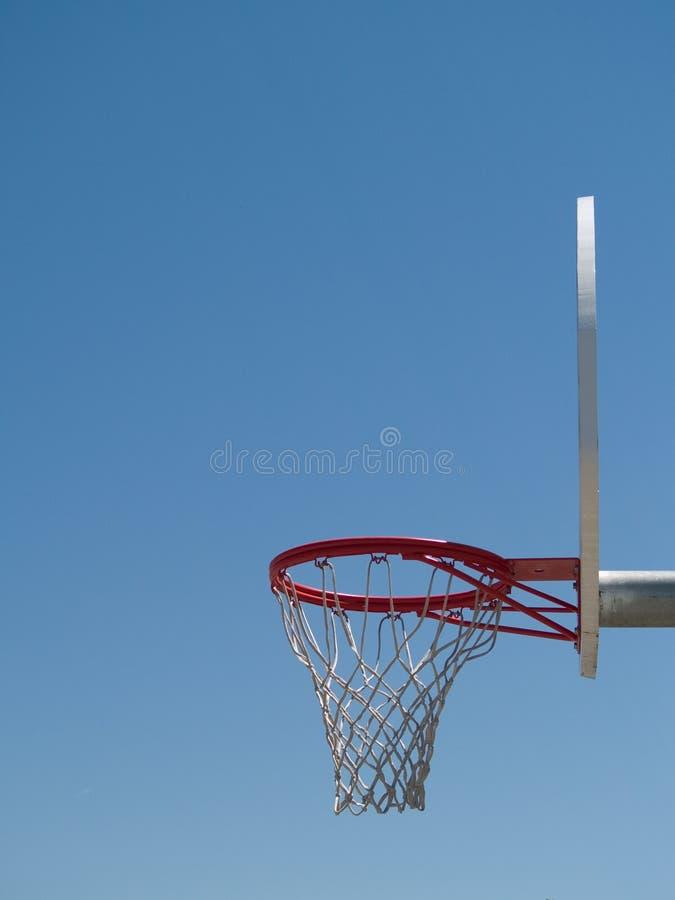 Dia ensolarado de aro de basquetebol fotos de stock royalty free