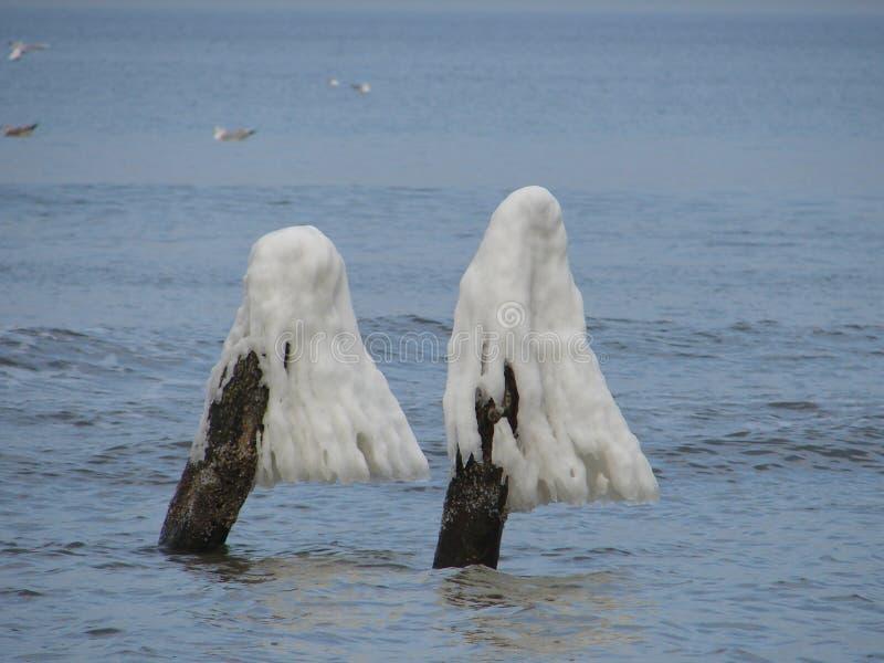 Dia ensolarado do inverno na praia no Polônia da cidade de Ustka imagem de stock royalty free