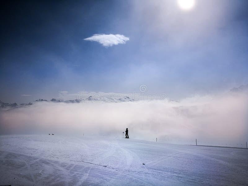 Dia ensolarado do dia nevoento dos cumes de Livigno fotos de stock