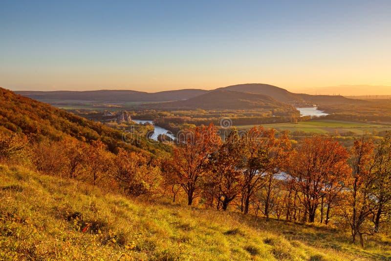 Dia ensolarado do outono com céu claro, vista na ruína do castelo e terra colorida com florestas e campos em baixos Áustria e Esl imagem de stock royalty free