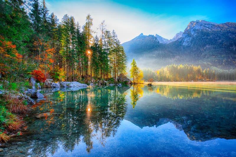 Dia ensolarado do outono fantástico no lago Hintersee Cena bonita de fotos de stock royalty free