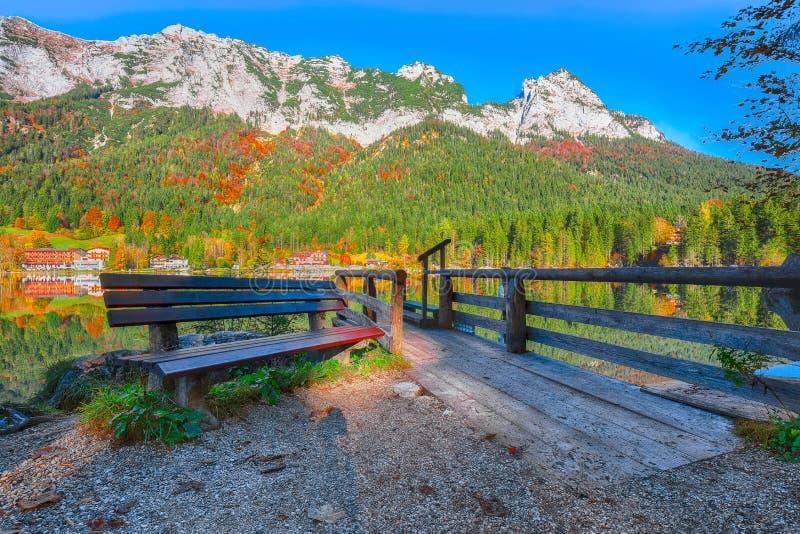 Dia ensolarado do outono fantástico no lago Hintersee Cena bonita de fotos de stock