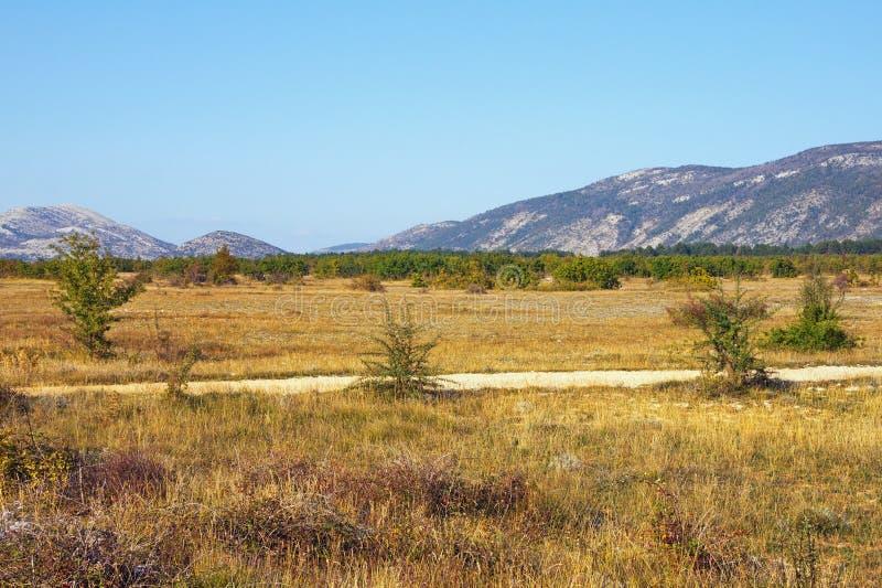 Dia ensolarado do outono no vale dos cumes do dinar B?snia e Herzegovina fotos de stock royalty free