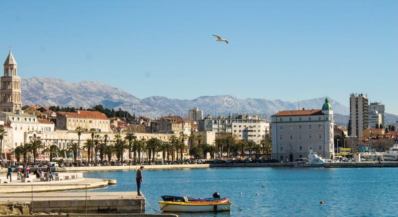 Dia ensolarado em Riva Harbor Split, Croácia imagens de stock