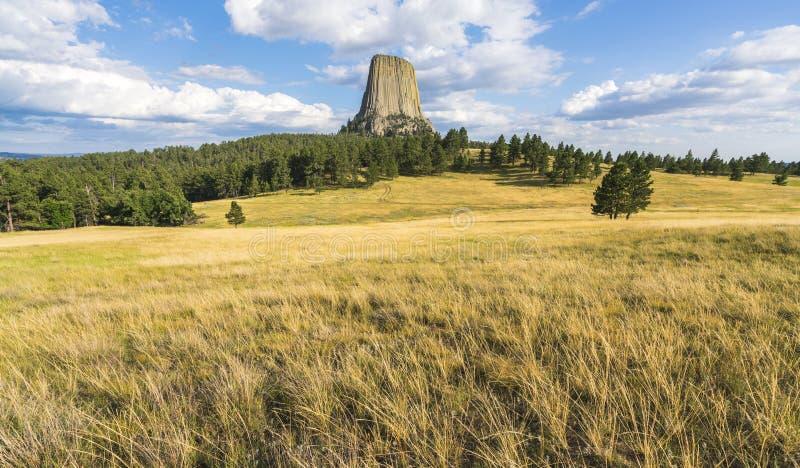 Dia ensolarado nacional de Monumenton da torre dos diabos, wyoming, EUA imagens de stock